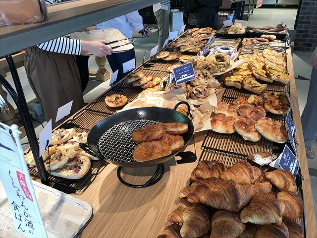 パン屋「R Baker大阪城公園店」パンが並んでいる様子