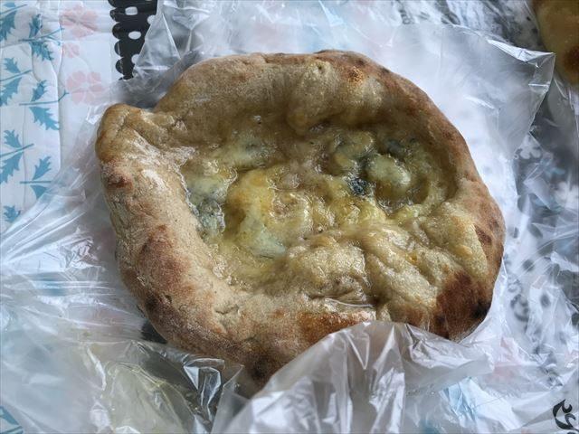 「R Baker大阪城公園店」で買ったチーズと蜂蜜のパン