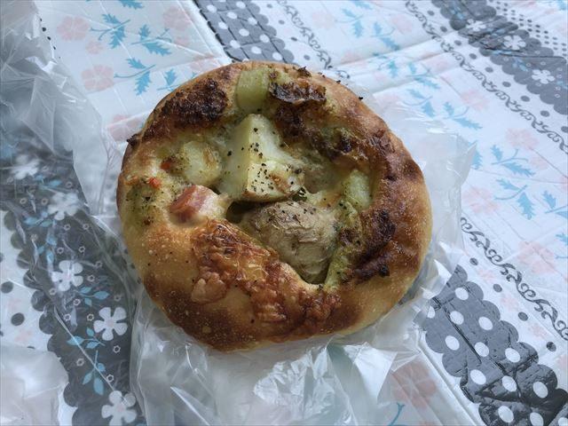 「R Baker大阪城公園店」で買ったジャガイモとベーコンが入ったパン