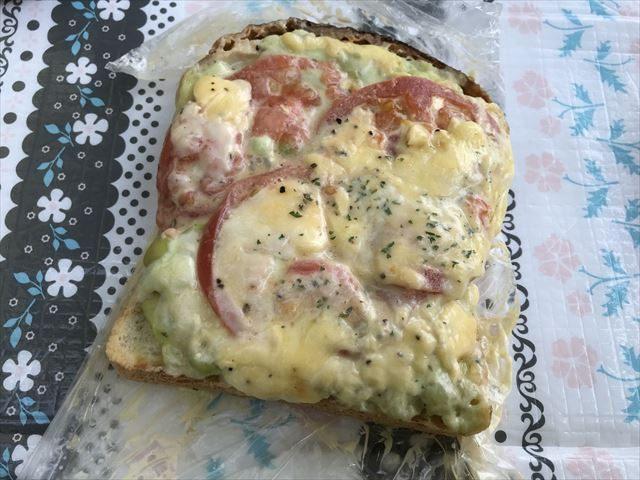 「R Baker大阪城公園店」で買ったトマトとチーズが入ったパン