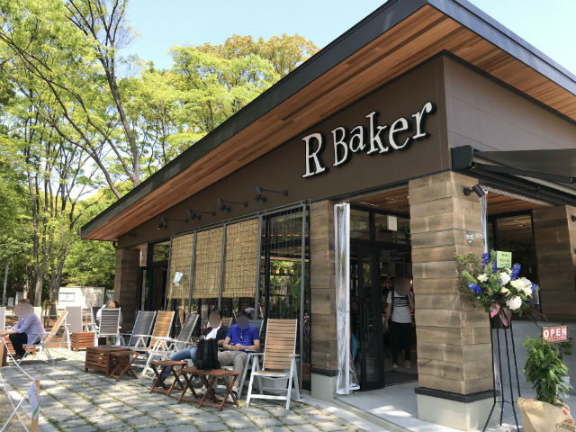 「R Baker大阪城公園店」お店の外側にある座席