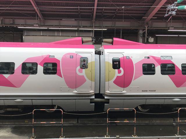 「ハローキティ新幹線」連結部のリボン