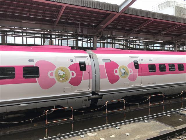 「ハローキティ新幹線」の車体にリボンが2つ並んでいる様子