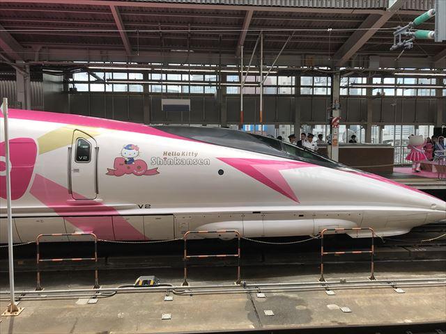 「ハローキティ新幹線」先頭車両を横から撮影