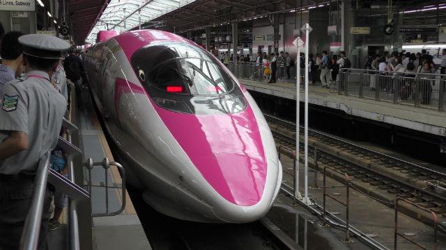 「エヴァンゲリオン新幹線」が新大阪駅に到着した様子
