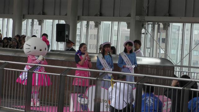 「ハローキティ新幹線」初日の挨拶をするキティちゃんの様子