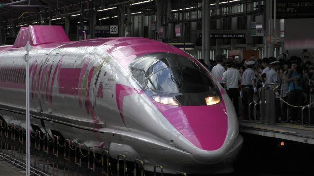 「ハローキティ新幹線」が新大阪駅を出発した様子