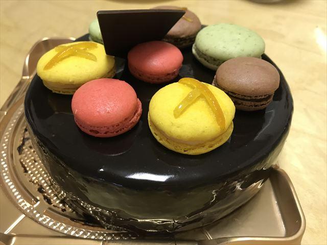 子供の誕生日ケーキとして購入したアンリシャルパンティエのチョコレートケーキ「マカロンコロレ」