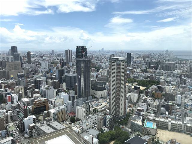 梅田スカイビル「空中庭園」展望フロアーから見たビルの様子