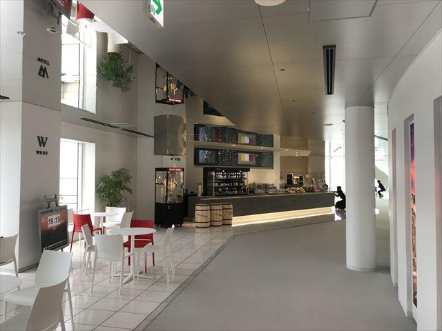 梅田スカイビル「空中庭園」展望フロアーにあるカフェと座席