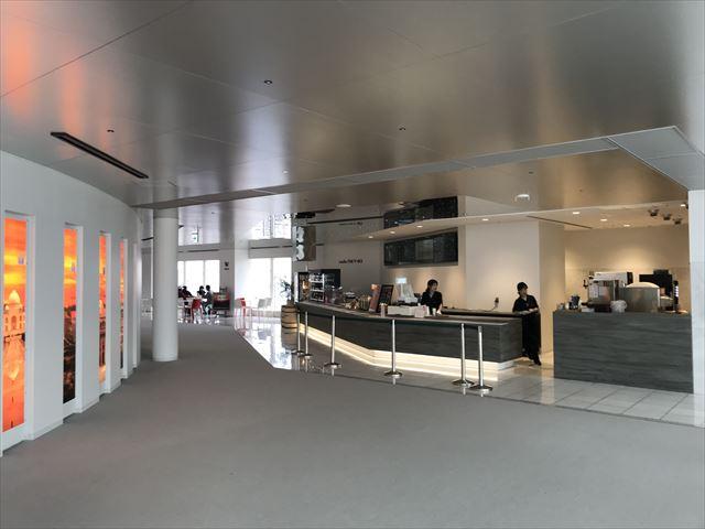 梅田スカイビル「空中庭園」展望フロアーにあるカフェの様子