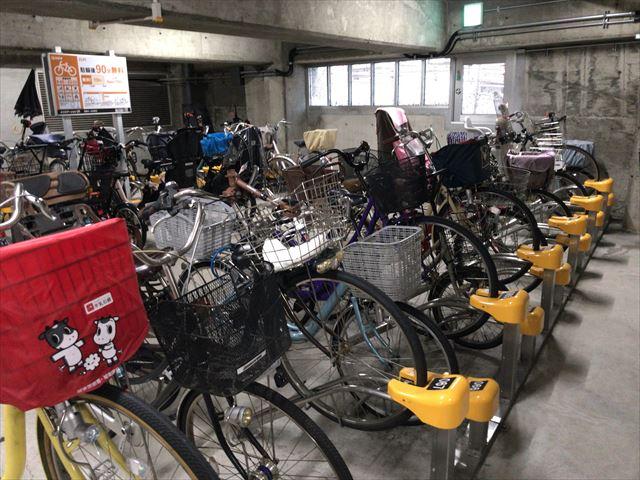 京阪電車高架下の駐輪場「エコステーション21」内の様子。前方から撮影
