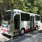 四条畷市コミュニティバスが「緑の文化園」バス停に停車している様子