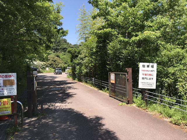 むろいけ園地の遊具「森の宝島」の前にある駐車場入口