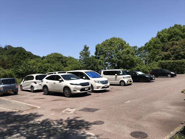 むろいけ園地の遊具「森の宝島」の前にある駐車場の様子