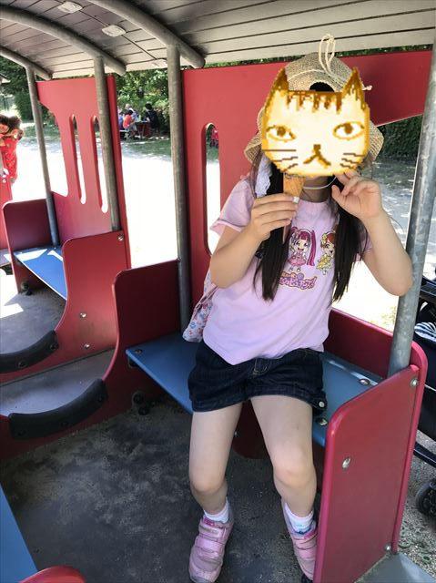 むろいけ園地、汽車の遊具に座る娘