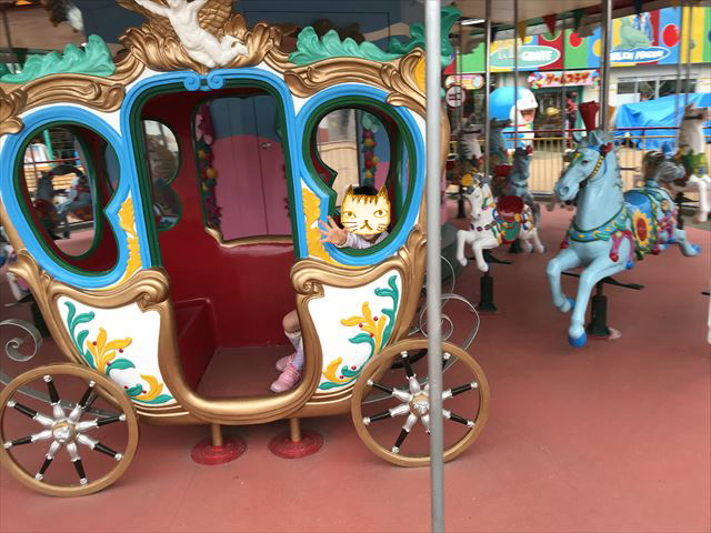 神戸王子動物園遊園地「メリーゴーランド」の馬車に乗る様子