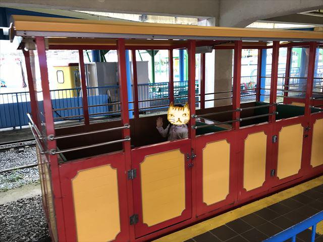 神戸王子動物園遊園地「こども汽車テキサス号」に乗る娘