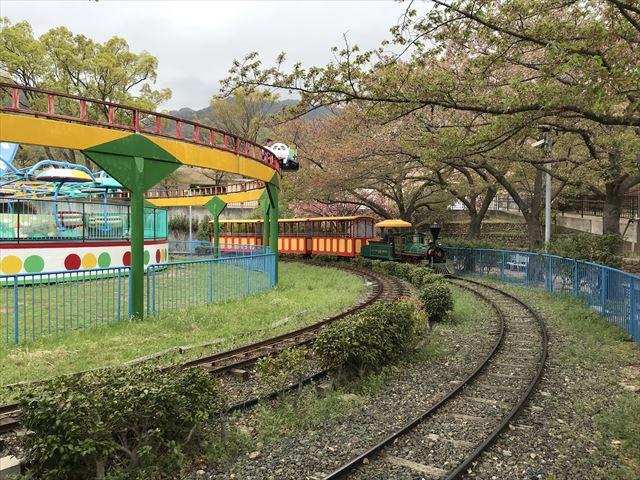 神戸王子動物園遊園地「こども汽車テキサス号」が線路を走っている様子