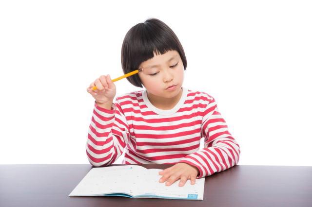小学校の女の子が勉強している様子