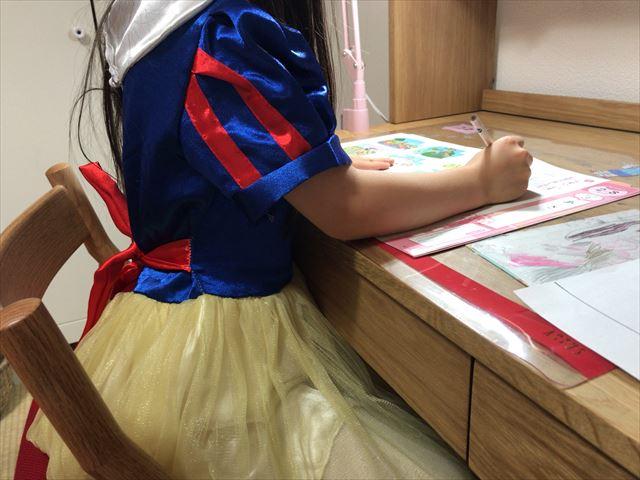 机に座り「小学ポピー」の教材を学習している様子