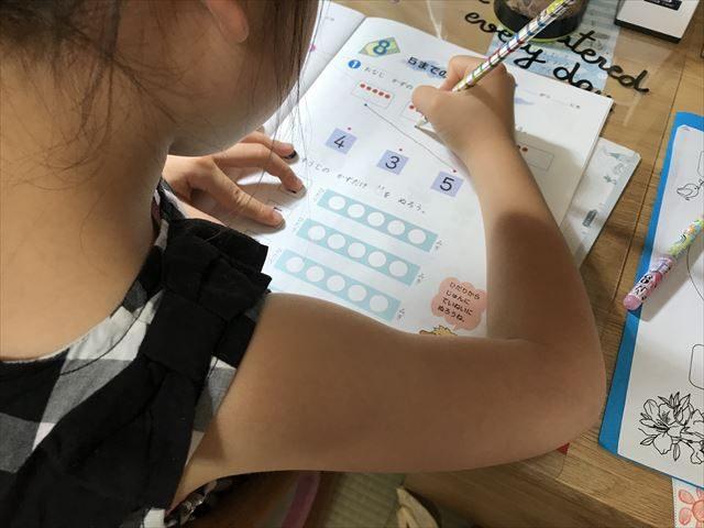 小学ポピー算数を学習中。同じ数に線を結ぶ問題