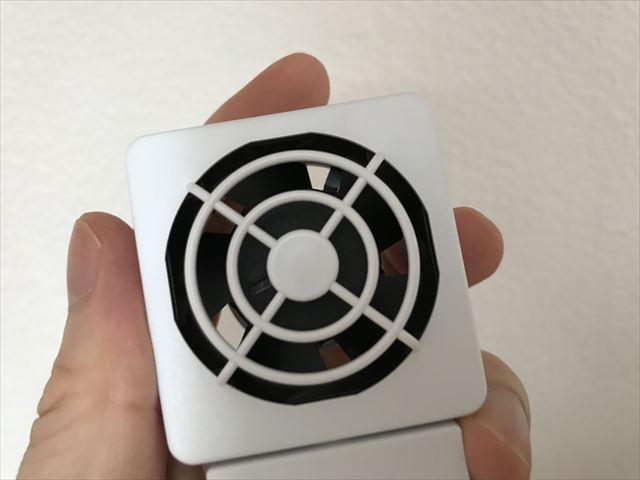 水槽冷却ファンGEX「アクアクールファン・レギュラー」本体のファンを手に持った様子