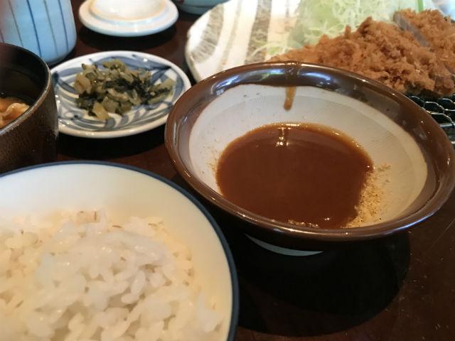 とんかつ「かつくら」ヒレかつ膳、ご飯やお味噌汁、ソースなど
