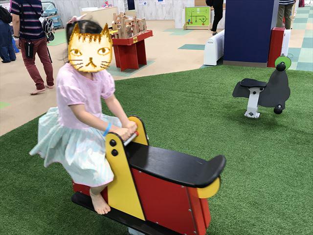 「アネビートリムパーク神戸」シーソーや動物の乗り物