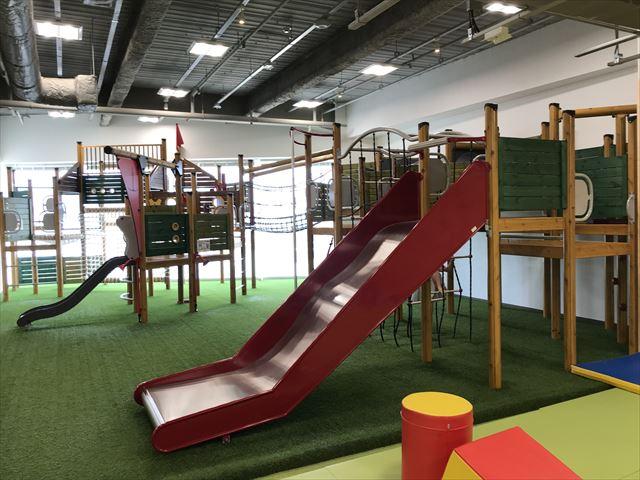 「アネビートリムパーク神戸」複合遊具、隣のミニ滑り台と繋がっている