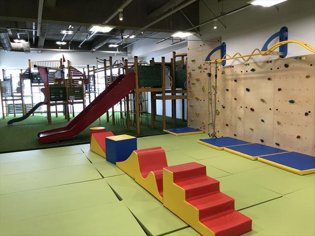 「アネビートリムパーク神戸」複合遊具、滑り台やボルダリング、平均台