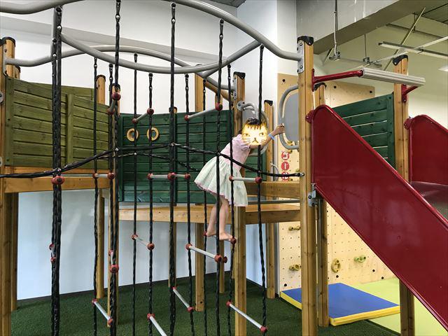 「アネビートリムパーク神戸」複合遊具、縄はしごを上る様子