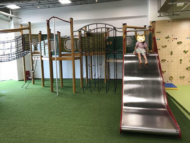 「アネビートリムパーク神戸」複合遊具の滑り台を滑る様子