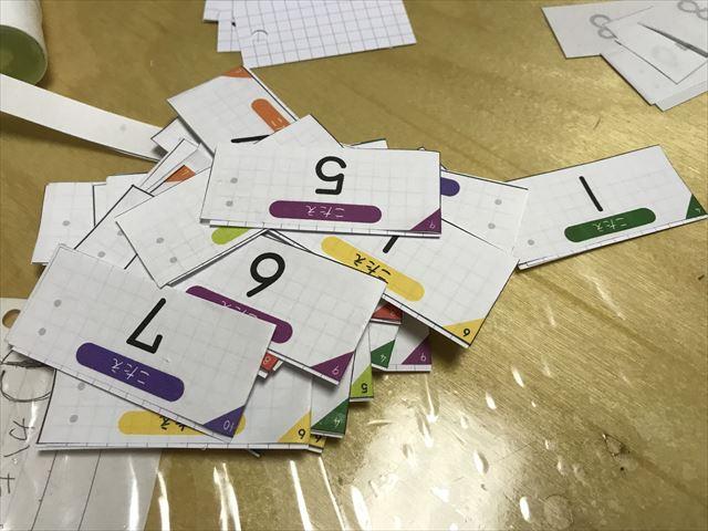 「ぷりんときっず」の計算カードを自作。ハサミで切っている様子