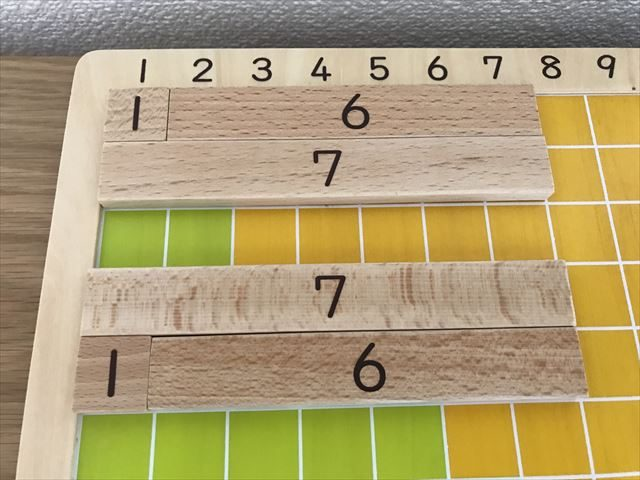 学研「木製かずさんすう」を使って「1と6で7」と「7は1と6」を数字バーで表している様子