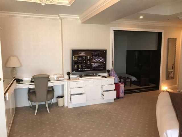 「ホテルラスイート神戸ハーバーランド」エグゼクティブスーペリアダブル。テレビとデスク、和室の様子