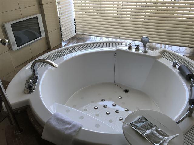 「ホテルラスイート神戸ハーバーランド」エグゼクティブスーペリアダブル(和室あり)。大型ジャグジー。
