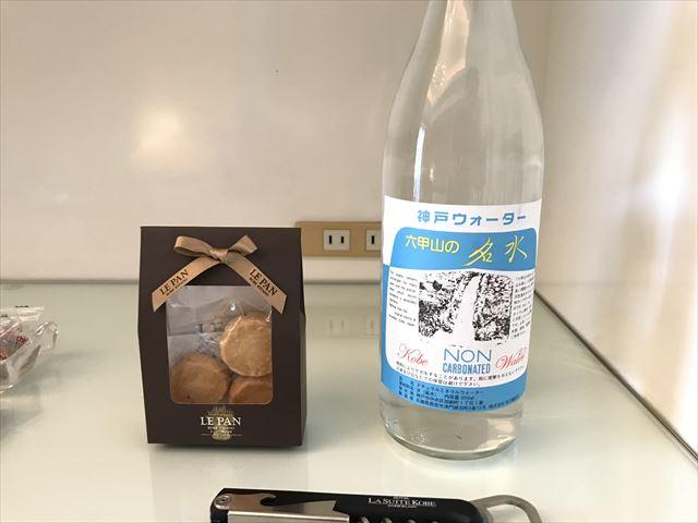 「ホテルラスイート神戸ハーバーランド」エグゼクティブスーペリアダブル(和室あり)。クッキーとミネラルウォーター。