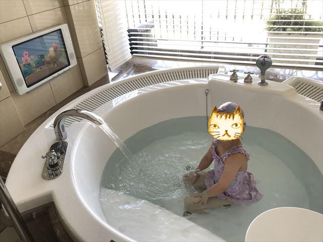 「ホテルラスイート神戸ハーバーランド」エグゼクティブスーペリアダブル(和室あり)。大型ジャグジーをミニプールのようにに入る子供。