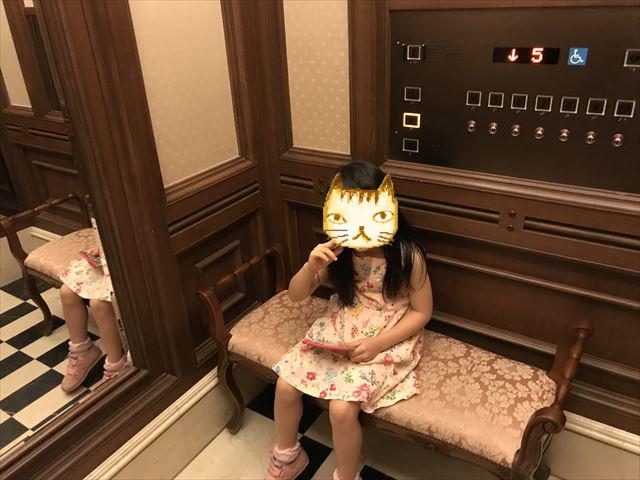 「ホテルラスイート神戸ハーバーランド」エグゼクティブスーペリアダブル(和室あり)。エレベーターにも椅子がある。