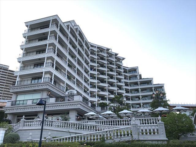 「ホテルラスイート神戸ハーバーランド」南口からホテルを撮影。