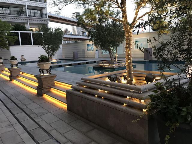 「ホテルラスイート神戸ハーバーランド」エグゼクティブスーペリアダブル(和室あり)。夕方の庭園。