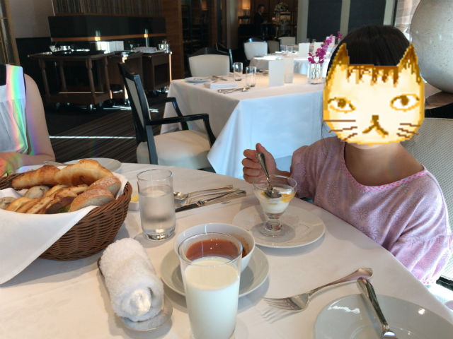 「ホテルラスイート神戸ハーバーランド」エグゼクティブスーペリアダブル(和室あり)。1階ルクールで朝食のスープを食べる娘。