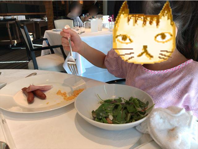 「ホテルラスイート神戸ハーバーランド」エグゼクティブスーペリアダブル(和室あり)。1階ルクールで朝食のスクランブルエッグとサラダを食べる娘。