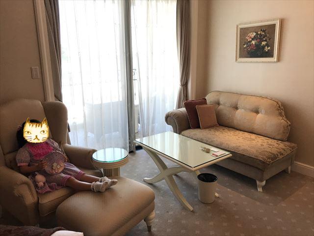 「ホテルラスイート神戸ハーバーランド」エグゼクティブスーペリアダブル(和室あり)。ソファーでくつろいでいる様子