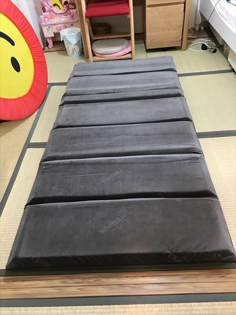 テンピュール「フトンデラックス」畳の上に設置した様子
