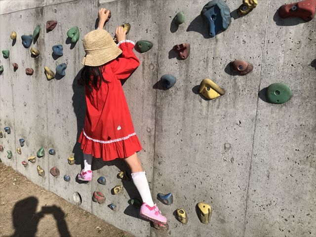 枚岡公園「みんなの広場」にあるクライミングウォールで遊ぶ娘