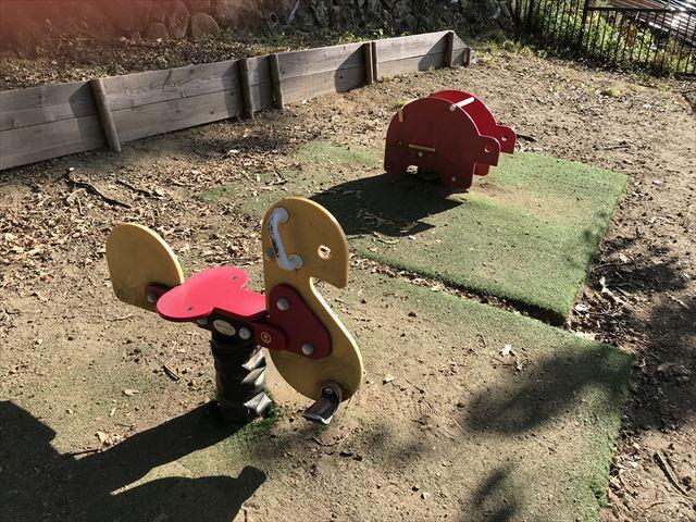 枚岡公園「森のおもちゃ箱」にある乗り物遊具