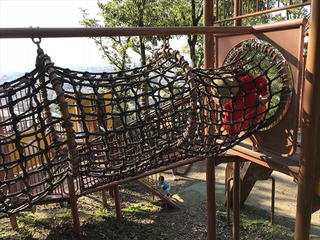 枚岡公園「森のおもちゃ箱」にある複合遊具「ネットのトンネル」
