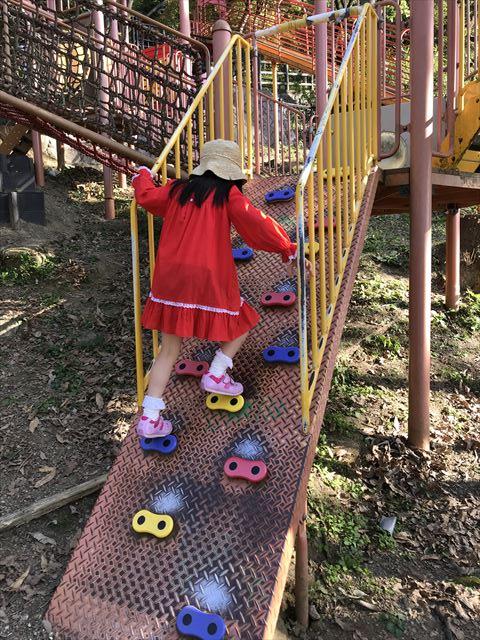枚岡公園「森のおもちゃ箱」にある複合遊具のボルダリング